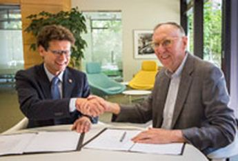 GICHD director Stefano Toscano and Esri president Jack Dangermond signed a memorandum of understanding (MOU) strengthening the organizations' partnership to eliminate land mines and explosive remnants of war through the power of geography. Credit: ESRI