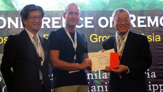 Prof. Kohei Cho and Prof. Peter T. Y. Shih present the Green Asia Award